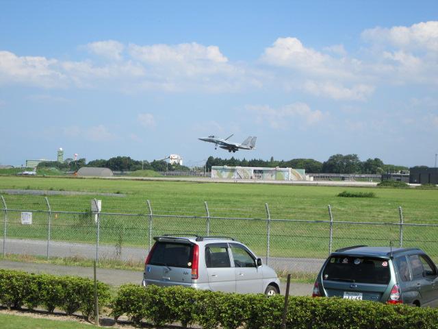 戦闘機が間近に見える公園